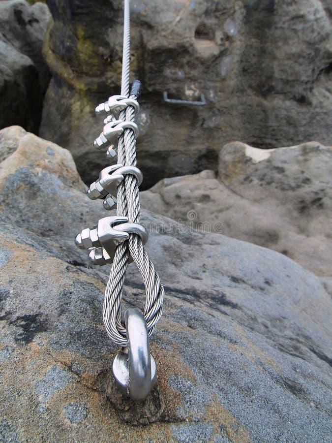 Repassez la corde tordue fixe dans le bloc par des snaphooks de vis. Détail de l'extrémité de la corde ancrée photos libres de droits