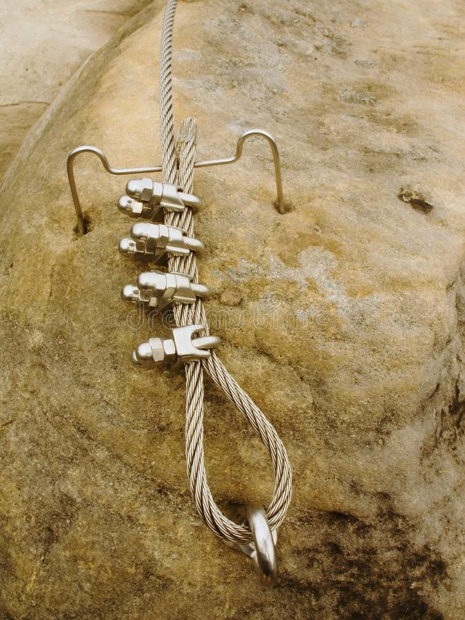 Repassez la corde tordue fixe dans le bloc par des snaphooks de vis Détail de l'extrémité de la corde ancrée images libres de droits