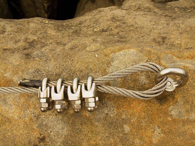 Repassez la corde tordue fixe dans le bloc par des snaphooks de vis Détail de l'extrémité de la corde ancrée photo libre de droits