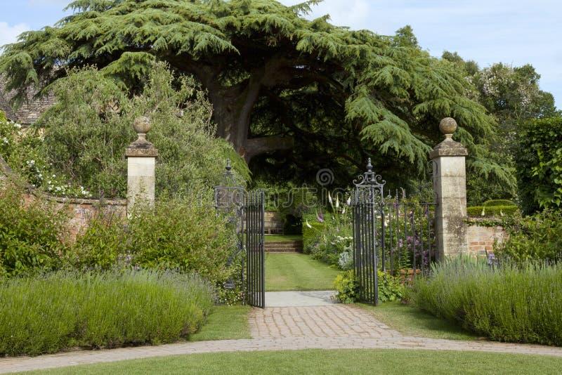 repassez la porte de mur en pierre au jardin anglais avec. Black Bedroom Furniture Sets. Home Design Ideas