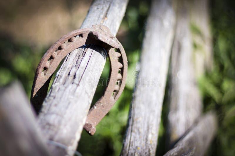 Repassez le fer à cheval rouillé avec l'ombre molle sur un fond foncé Le vieux fer à cheval Un symbole de la chance et du bonheur images libres de droits