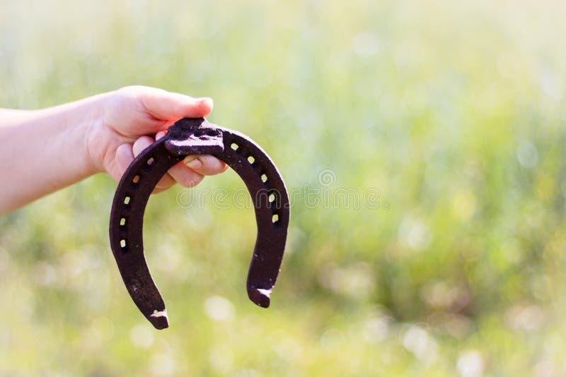 Repassez le fer à cheval rouillé avec l'ombre molle sur un fond foncé Le vieux fer à cheval Un symbole de la chance et du bonheur photos stock