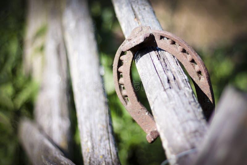 Repassez le fer à cheval rouillé avec l'ombre molle sur un fond foncé Le vieux fer à cheval Un symbole de la chance et du bonheur photo libre de droits