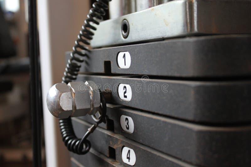 Repassez les poids sur la machine d'exercice, compos horizontaux photographie stock libre de droits