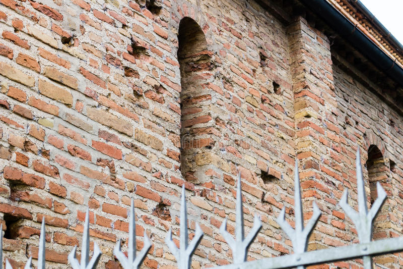 Repassez les transitoires et la fenêtre sur le mur de briques VII du brickwall p de siècle image libre de droits