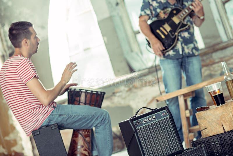 Repetição da faixa da música rock Guitarrista e baterista bondes atrás do grupo do cilindro fotos de stock
