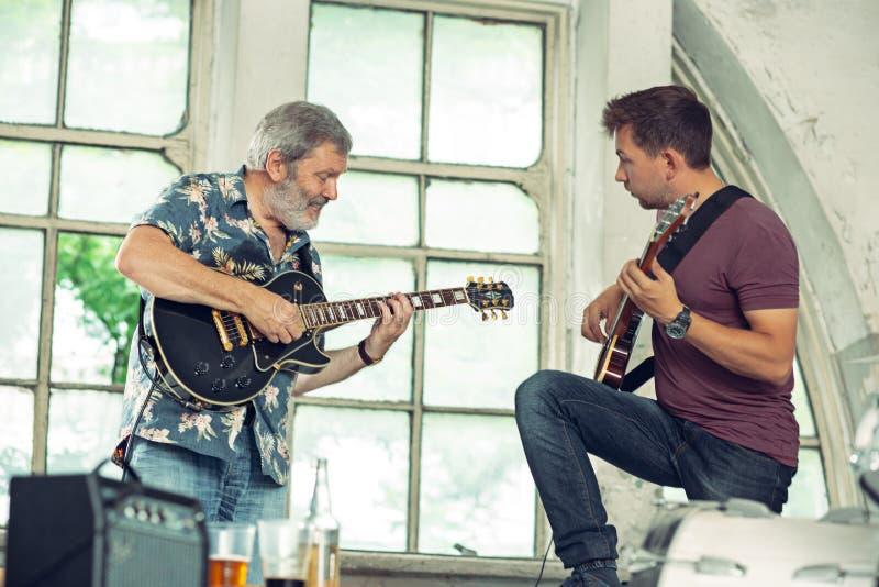 Repetição da faixa da música rock Guitarristas bondes fotografia de stock royalty free