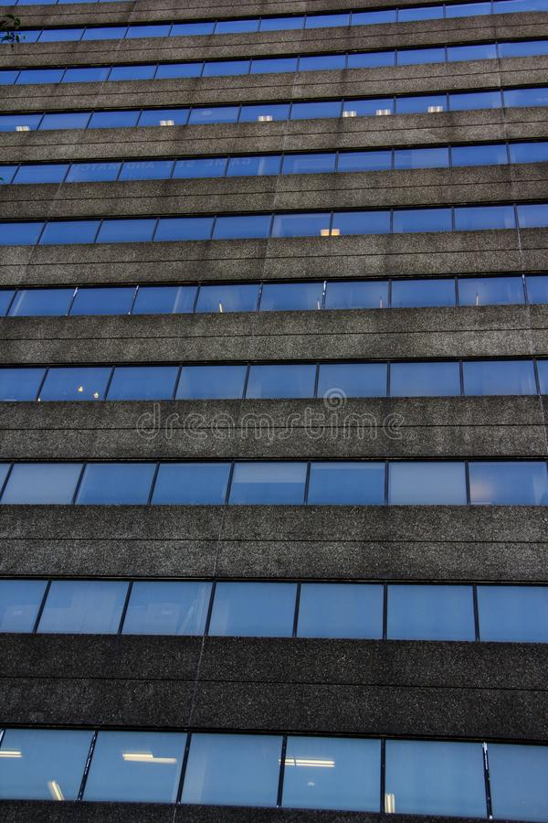 Repetición de las ventanas de cristal en un edificio foto de archivo