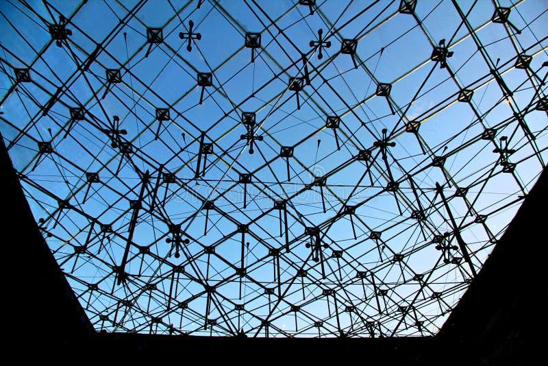 Repetición de los cristales bajo triángulo del Louvre en París foto de archivo libre de regalías