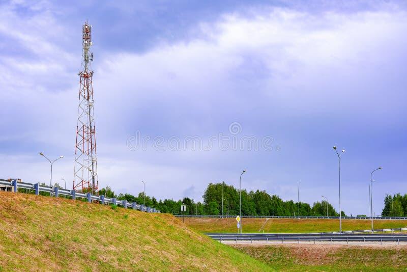 Repetidor de la torre de la comunicación móvil de la quinta generación estandardizaci?n Paisajes de Digitaces fotos de archivo