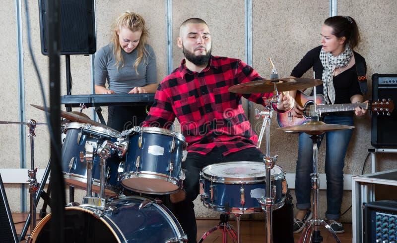repetitie van muziekgroep met mannelijke drummer royalty-vrije stock foto's