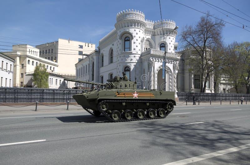 Repetitie van parade ter ere van Victory Day 2015 Infanterie het vechten voertuig kurganets-25 stock foto's