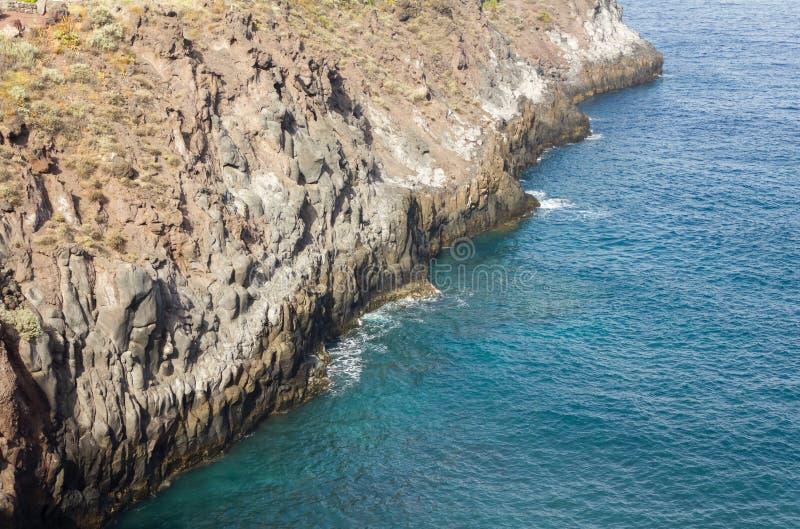 Repisa del acantilado hacia fuera sobre el Océano Atlántico en las islas Canarias imágenes de archivo libres de regalías