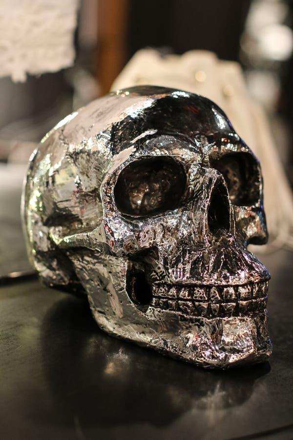 Replica d'argento umana del cranio fotografia stock