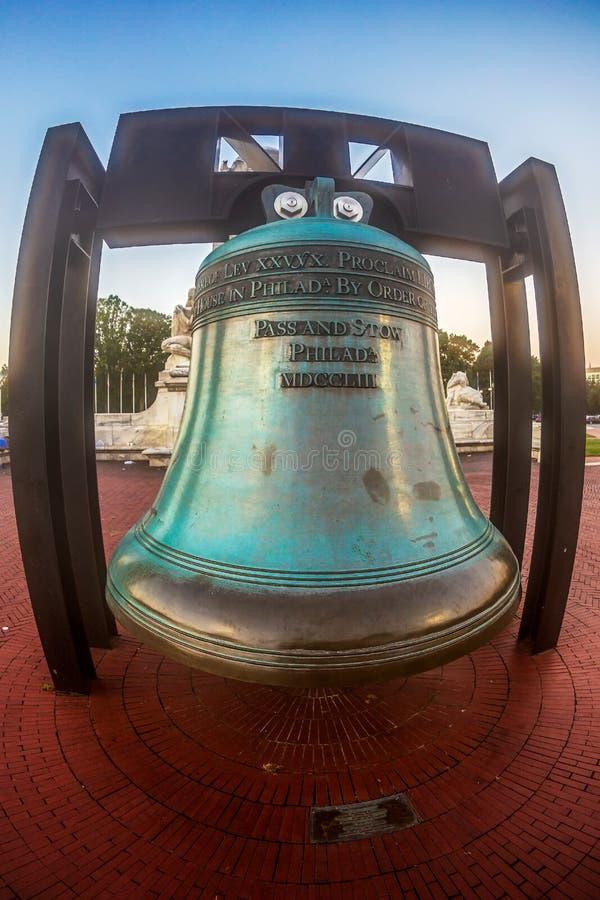 Replica di Liberty Bell davanti alla stazione del sindacato a Washington d C immagini stock