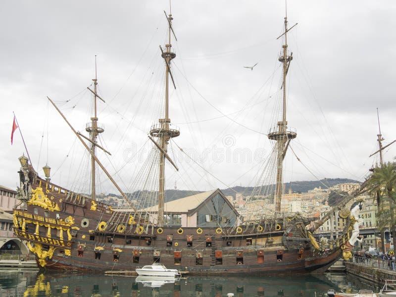 Replica di Nettuno di un galeone spagnolo messa in bacino in Genoa Italy immagini stock libere da diritti