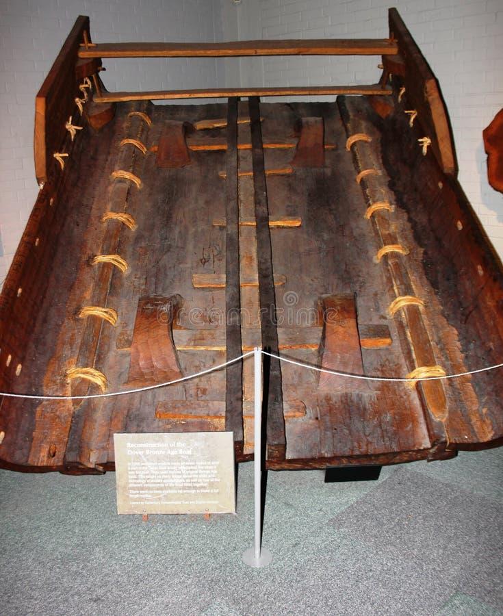 Replica van Bronstijdboot in Dover Museum, Engeland stock afbeelding