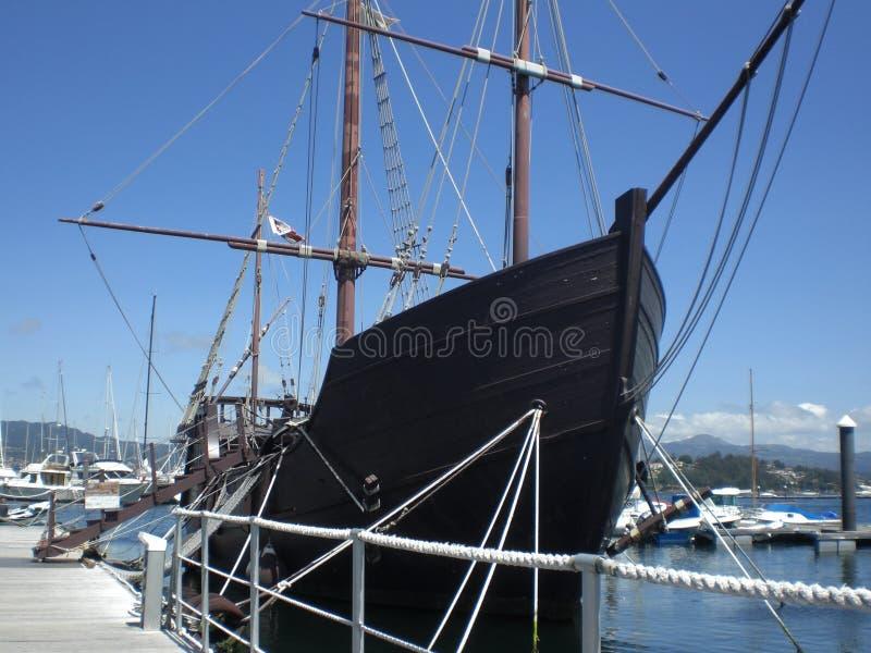 Replica van caravel Pinta van de reizen van Christopher Columbus aan Amerika in Baiona Galicië Spanje Europa wordt gevestigd dat stock afbeeldingen