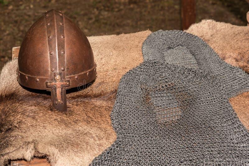 Replica van een middeleeuws strijders middeleeuws helm en chainmail een pantser op een echt bont royalty-vrije stock foto's
