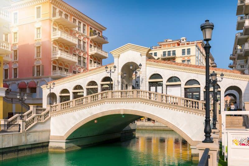Replica van een Venetiaanse brug in Qanat Quartier stock foto