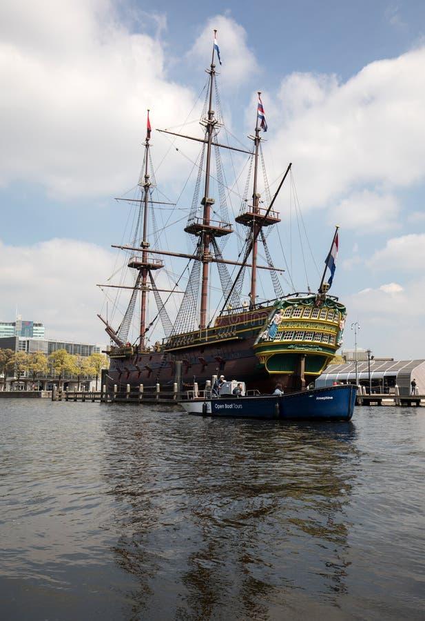 Replica van het Nederlandse Bedrijfschip ` het Oost-die van India Amsterdam `, door het Nationale Maritieme museum in Amsterdam w stock fotografie
