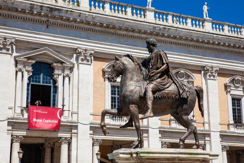 Replica van het ruiterdiestandbeeld van Marcus Aurelius bij de Capitoline-Heuvel in Rome wordt gevestigd royalty-vrije stock foto
