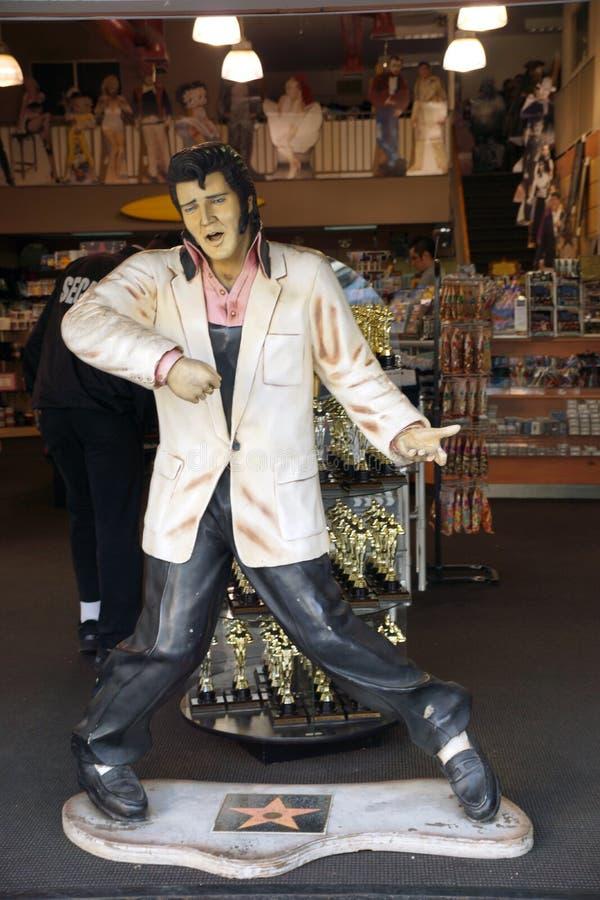 Replik von Elvis Presley singend in einem Andenkenspeicher auf Hollywoo lizenzfreies stockfoto
