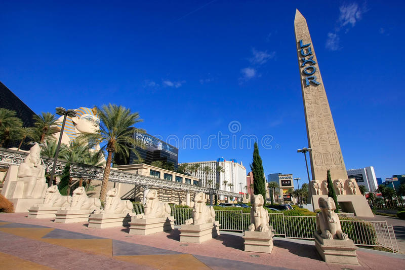 Replika antyczny egipski obelisk i statuy, Luxor hotel i obraz royalty free