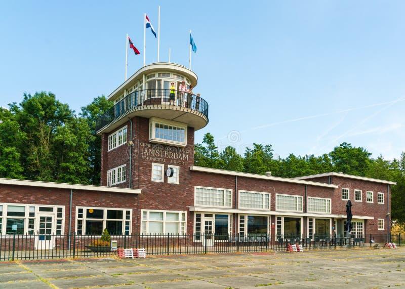 Replikgebäude des alten Anschlusses von Schiphol am Aviodrome-Flugzeugmuseum lizenzfreie stockbilder