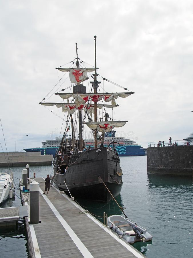 repliki Santa Maria ?eglowania statek cumowa? w Funchal schronieniu przed stetting daleko na nabrze?nym rejsie zdjęcie stock
