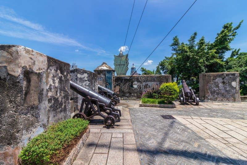 Replikkanone auf Hauptverteidigungshochebene der Berg-Festung, Fortaleza Do Monte, innerhalb der Vegetation Santo António, Macau, stockfotos