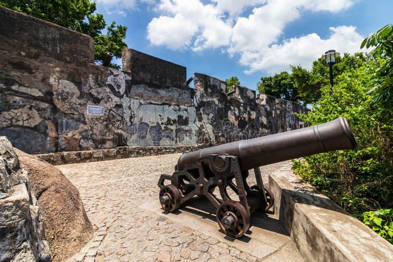 Replikkanone und Verteidigungswand der Berg-Festung, Fortaleza Do Monte, zwischen Natur Santo António, Macau, China asien stockfotografie
