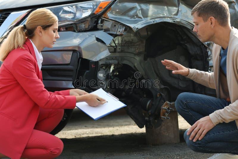Reportage d'homme et formulaire de réclamation de remplissage d'agent d'assurance photo libre de droits