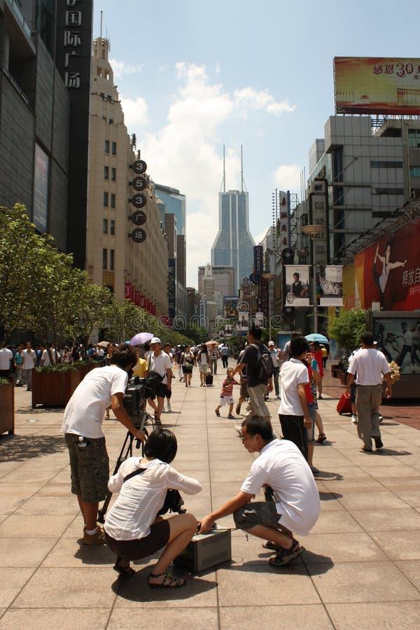 Reportagem na rua da estrada de Nanjing, Shanghai fotos de stock royalty free