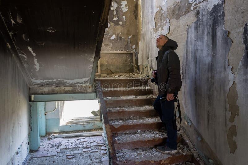 Reporter überprüft ein Gebäude, das durch ein Erdbeben zerstört wird stockfotos