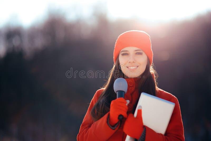 Reporter Broadcasting Outdoors di inverno TV nella neve fotografia stock libera da diritti