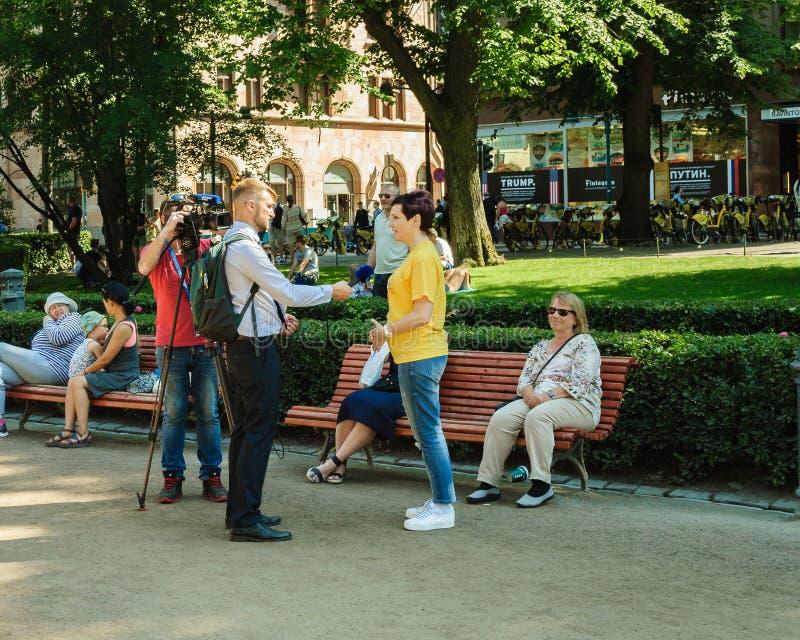 Reporter che prendono un'intervista con i bypassers fotografie stock