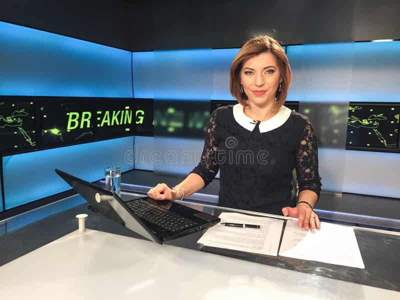 Reporter della TV allo scrittorio di notizie fotografia stock libera da diritti