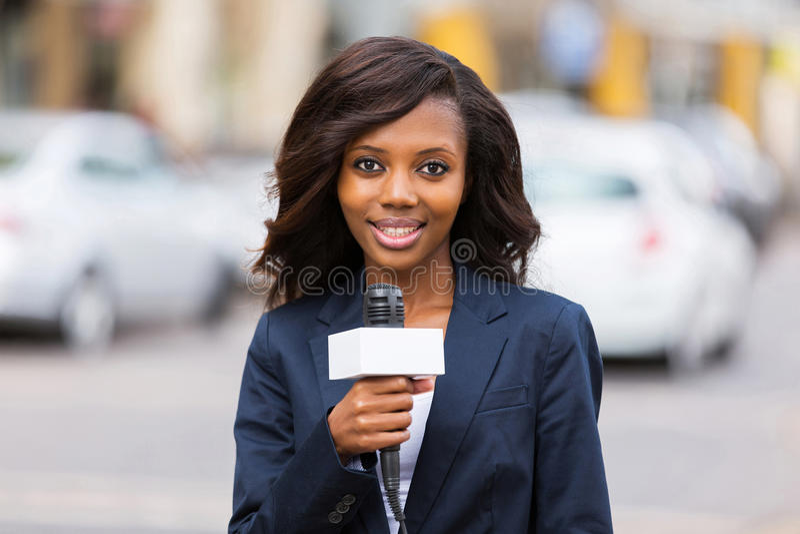 Reporter femminile di notizie fotografia stock