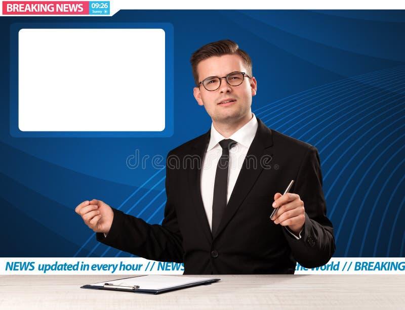 Reporter telewizyjny mówi wiadomość dnia przy jego pracownianym biurkiem z kopii przestrzenią zdjęcia stock