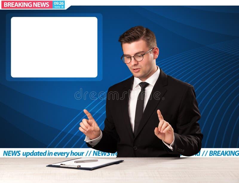Reporter telewizyjny mówi wiadomość dnia przy jego pracownianym biurko dowcipem fotografia stock