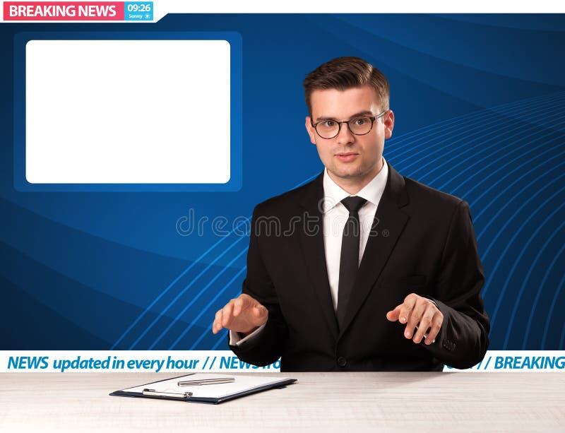 Reporter telewizyjny mówi wiadomość dnia przy jego pracownianym biurko dowcipem fotografia royalty free