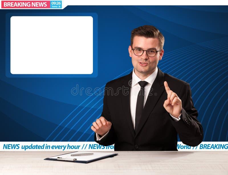 Reporter telewizyjny mówi wiadomość dnia przy jego pracownianym biurko dowcipem obraz stock