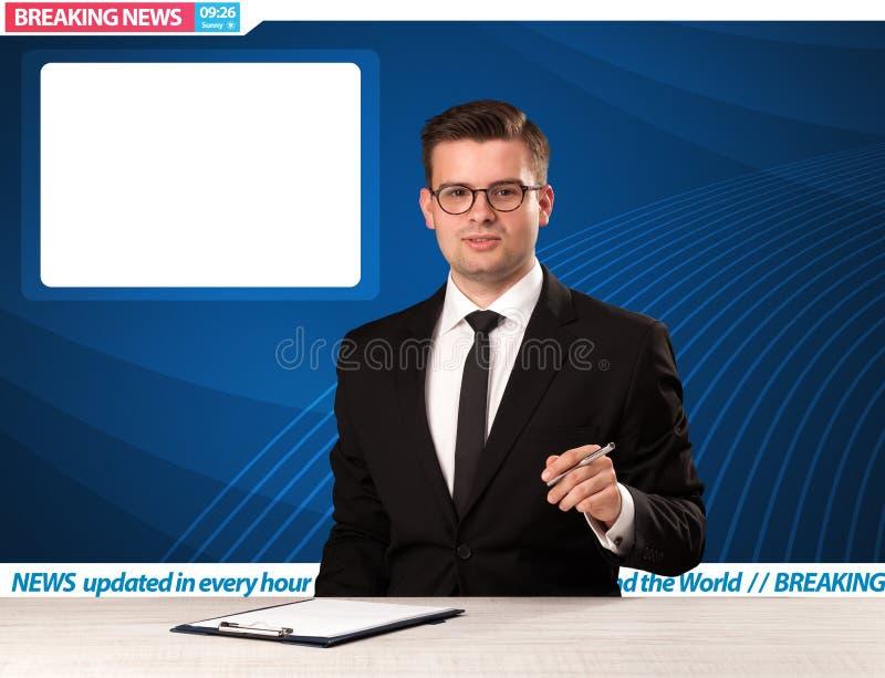 Reporter telewizyjny mówi wiadomość dnia przy jego pracownianym biurko dowcipem obraz royalty free