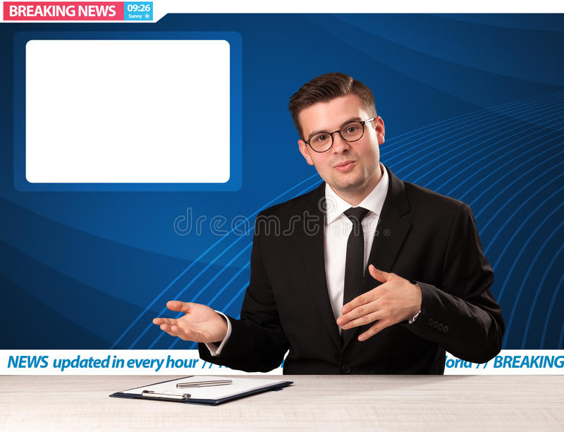Reporter telewizyjny mówi wiadomość dnia przy jego pracownianym biurko dowcipem zdjęcia stock
