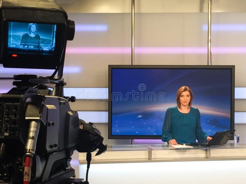 Reportero de la TV en el escritorio de las noticias imagen de archivo libre de regalías