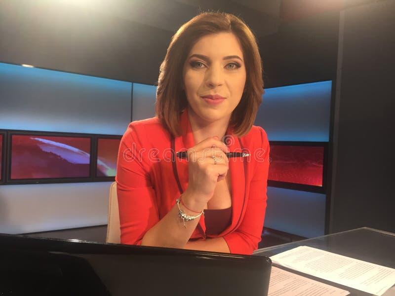 Reportero de la TV en el escritorio de las noticias imágenes de archivo libres de regalías