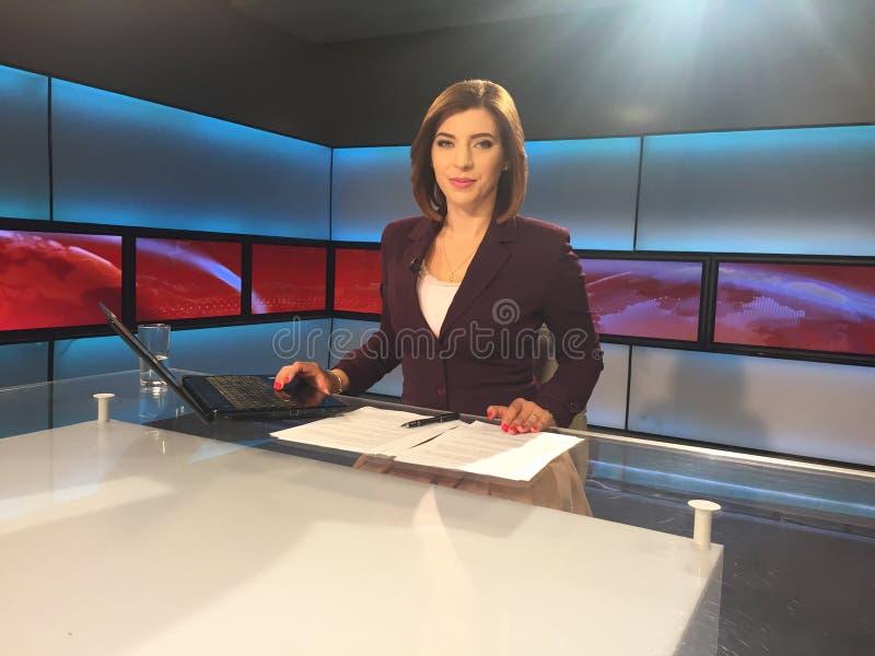 Reportero de la TV en el escritorio de las noticias fotografía de archivo libre de regalías