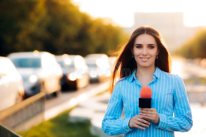 Reportero de sexo femenino de las noticias en campo en tráfico imagenes de archivo