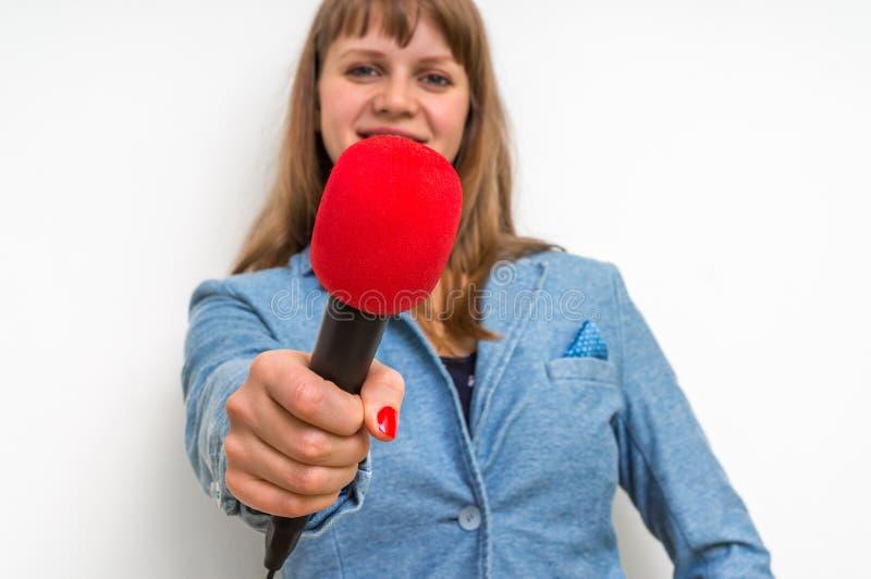 Reportero de sexo femenino en la rueda de prensa con el micrófono fotografía de archivo libre de regalías